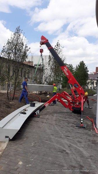 Zvedání betonových pohledových prvků