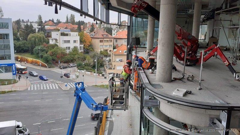 Zasklívání sminijeřábem UNIC avakuového zvedáku- Bořislavka